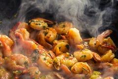 Gamberetto caldo fritto in una pentola immagine stock