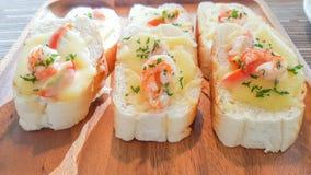 Gamberetto con gli spaghetti del pane all'aglio, gamberetto avvolto con i petali del loto fotografie stock