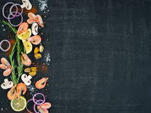Gamberetto, cozze, limone, funghi, cipolla rossa ed erbe vista orizzontale del fondo da sopra Spazio per testo Immagine Stock