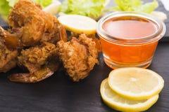 Gamberetto della tigre fritto in tempura con le verdure immagine stock