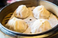4 gamberetto e gli gnocchi cinesi della carne di maiale sanno come Xaio Bao lungo in vassoio di bambù caldo Fotografie Stock Libere da Diritti