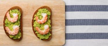 Gamberetto e guacamole del panino sul baner del fondo immagini stock
