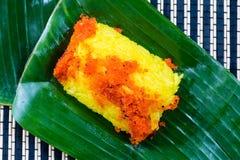 Gamberetto e noce di cocco rossi del brandello su riso appiccicoso giallo Stile tailandese s Immagini Stock Libere da Diritti