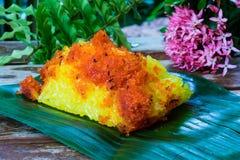 Gamberetto e noce di cocco rossi del brandello su riso appiccicoso giallo Stile tailandese s Immagine Stock Libera da Diritti