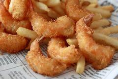 Gamberetto fritto nel grasso bollente con la patatina fritta fotografie stock libere da diritti