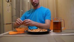 Gamberetto mangiatore di uomini Birra e gamberetto L'uomo pulisce il gamberetto video d archivio