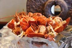 Gamberetto rosso cucinato dell'aragosta con il burro di erba fuso fotografia stock
