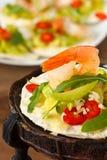 Gamberi con insalata. fotografia stock libera da diritti