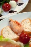 Gambero & insalata della mozzarella della mousse & del pomodoro dei salmoni Immagini Stock