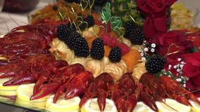 Gambero e frutti di mare con frutta presentata su un vassoio stock footage