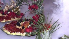 Gambero e frutti di mare con frutta presentata su un vassoio video d archivio