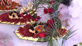 Gambero e frutti di mare con frutta presentata su un vassoio archivi video