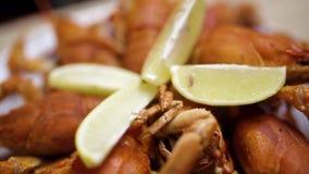 Gambero rosso cucinato su una tavola di legno nel ristorante del pesce di Georgia Gambero rosso su un piatto bianco Fine in su stock footage