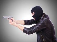 Gamberro joven con el arma aislado en blanco Foto de archivo