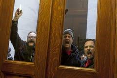 Gamberros públicos de la unión en la puerta Foto de archivo