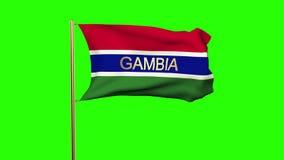 Gambia-Flagge mit dem Titel, der in den Wind wellenartig bewegt schleifung stock video