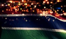 Gambia-Staatsflagge-Licht-Nacht-Bokeh-Zusammenfassungs-Hintergrund Stockfoto