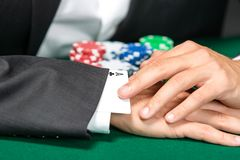 Gambler cheats with card from the sleeve Royalty Free Stock Photos