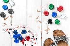 gambling Обломоки, карточки и тапочки покера на деревянном столе Взгляд сверху Copyspace покер Стоковые Фото