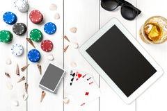 gambling Обломоки покера, карточки и таблетка кости близрасположенная на деревянном столе Взгляд сверху Copyspace покер стоковое фото rf
