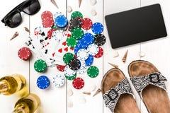 gambling Обломоки покера, карточки и таблетка кости близрасположенная на деревянном столе Взгляд сверху Copyspace покер Стоковое Изображение