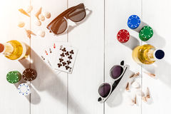 gambling Обломоки покера, карточки и 2 бутылки пива на деревянном столе Взгляд сверху Copyspace покер Стоковая Фотография
