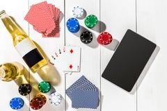 gambling Обломоки покера, карточки и таблетка кости близрасположенная на деревянном столе Взгляд сверху Copyspace покер Стоковые Фото