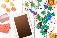 gambling Обломоки покера, карточки и таблетка кости близрасположенная на деревянном столе Взгляд сверху Copyspace покер Стоковое Изображение RF
