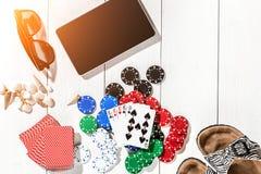 gambling Обломоки покера, карточки и таблетка кости близрасположенная на деревянном столе Взгляд сверху Copyspace покер Стоковые Изображения