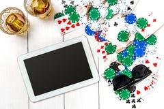 gambling Обломоки покера, карточки и таблетка кости близрасположенная на деревянном столе Взгляд сверху Copyspace покер Стоковые Изображения RF