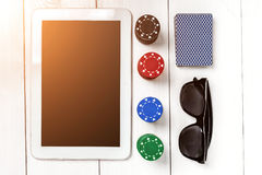 gambling Обломоки покера, карточки и таблетка кости близрасположенная на деревянном столе Взгляд сверху Copyspace покер Стоковая Фотография