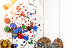 gambling Обломоки покера, карточки, солнечные очки и кувырки на деревянном столе Взгляд сверху Copyspace покер стоковые фото