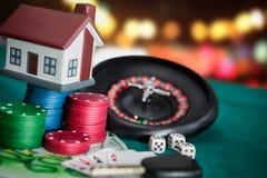 gambling Рулетка с карточками, деньгами и домом стоковое фото
