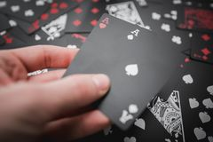 gambling Dois áss à disposição fundo colorido preto de 02 cartões de jogo fotografia de stock