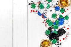 gambling Microplaquetas, cartões e óculos de sol de pôquer na tabela de madeira Vista superior Copyspace poker fotografia de stock
