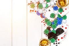 gambling Microplaquetas, cartões e óculos de sol de pôquer na tabela de madeira Vista superior Copyspace poker foto de stock