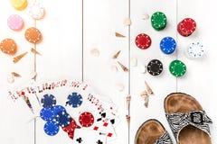 gambling Microplaquetas, cartões e deslizadores de pôquer na tabela de madeira branca Vista superior Copyspace poker imagens de stock royalty free