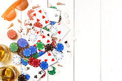gambling Microplaquetas de pôquer, cartões, óculos de sol e flip-flops na tabela de madeira Vista superior Copyspace poker fotografia de stock royalty free