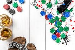 gambling Microplaquetas de pôquer, cartões, óculos de sol e flip-flops na tabela de madeira Vista superior Copyspace poker imagem de stock