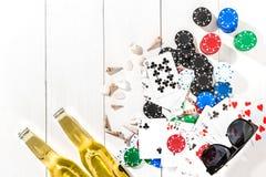 gambling Microplaquetas de pôquer, cartões e duas garrafas da cerveja na tabela de madeira Vista superior Copyspace poker fotografia de stock