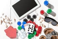 gambling Microplaquetas de pôquer, cartões e a tabuleta próxima dos dados na tabela de madeira Vista superior Copyspace poker fotos de stock royalty free