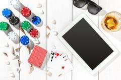 gambling Microplaquetas de pôquer, cartões e a tabuleta próxima dos dados na tabela de madeira Vista superior Copyspace poker imagens de stock royalty free