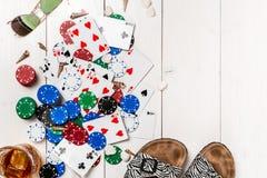 gambling Microplaquetas de pôquer, cartões e a tabuleta próxima dos dados na tabela de madeira Vista superior Copyspace poker foto de stock