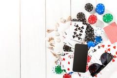 gambling Microplaquetas de pôquer, cartões, óculos de sol e esperto na tabela de madeira Vista superior Copyspace poker foto de stock