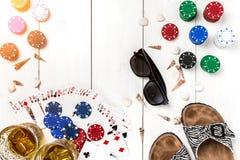 gambling Microplaquetas de pôquer, cartões, óculos de sol e flip-flops na tabela de madeira Vista superior Copyspace poker fotos de stock royalty free