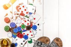 gambling Microplaquetas de pôquer, cartões, óculos de sol e flip-flops na tabela de madeira Vista superior Copyspace poker fotos de stock