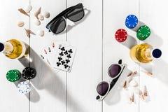 gambling Microplaquetas de pôquer, cartões e duas garrafas da cerveja na tabela de madeira Vista superior Copyspace poker foto de stock