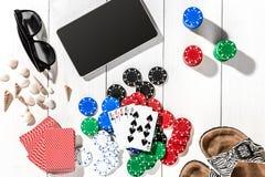 gambling Microplaquetas de pôquer, cartões e a tabuleta próxima dos dados na tabela de madeira Vista superior Copyspace poker fotografia de stock royalty free