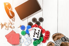 gambling Microplaquetas de pôquer, cartões e a tabuleta próxima dos dados na tabela de madeira Vista superior Copyspace poker imagens de stock