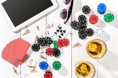 gambling Microplaquetas de pôquer, cartões e a tabuleta próxima dos dados na tabela de madeira Vista superior Copyspace poker fotografia de stock